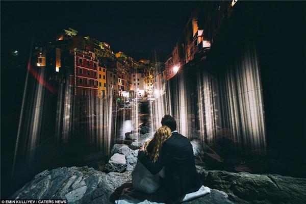 Ánh đèn đêm lấp lánh ở Cinque Terre, Italy tạo thêm vẻ lãng mạn và lung linh cho bức ảnh cưới.