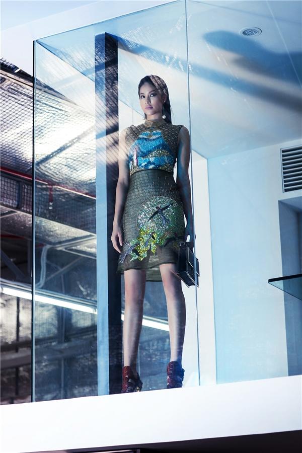 Ngoài ra, việc lựa chọn trang phục một cách khéo léo, cách chọn góc máy chính xác đã góp phần tăng lên hiệu ứng ánh sáng khiến cho bức hình trở nên huyền ảo và bí hiểm.