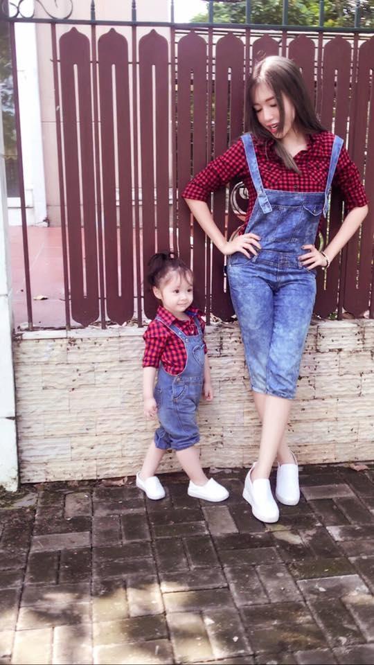 Ngay từ nhỏ, cô công chúa nhỏ nhàElly Trần đã được mẹchăm chút từng li từng tí, đặc biệt là những trang phục rất sành điệu và có sựkết hợp cùng phong cách vớimẹ. - Tin sao Viet - Tin tuc sao Viet - Scandal sao Viet - Tin tuc cua Sao - Tin cua Sao
