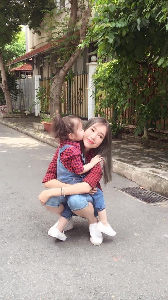 Elly Trần diện đồ tông xuyệt tông cùng con gái Cadie Mộc Trà đón lễ - Tin sao Viet - Tin tuc sao Viet - Scandal sao Viet - Tin tuc cua Sao - Tin cua Sao
