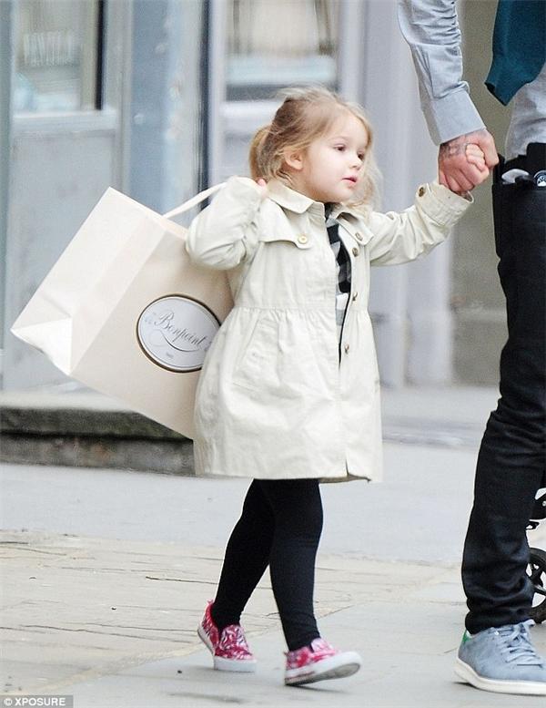 Harper trông thật sành điệu vào mùa đông với quần tất, váy kẻ caro và áo khoác dáng dài.