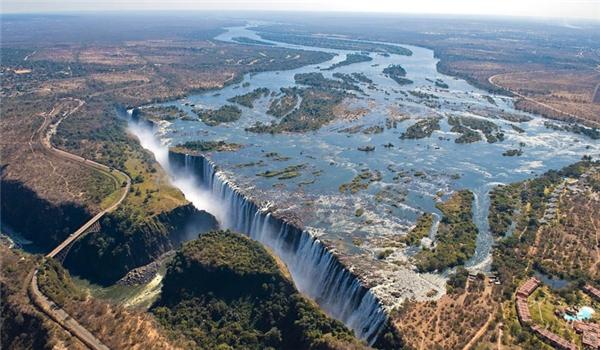 Nhìn từ trên cao, thác nước Victoria thật hùng vĩ và kiêu sa.