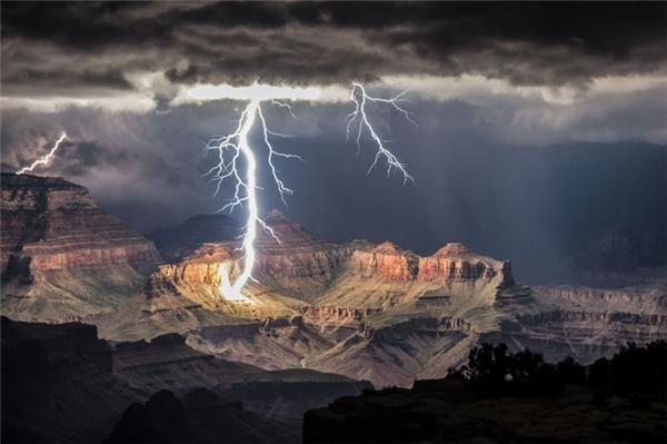 Sấm chớp làm sáng rực cả một dãy núi.