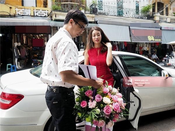 Cô được người nhà đưa đón bằng xe riêng sang trọng. - Tin sao Viet - Tin tuc sao Viet - Scandal sao Viet - Tin tuc cua Sao - Tin cua Sao
