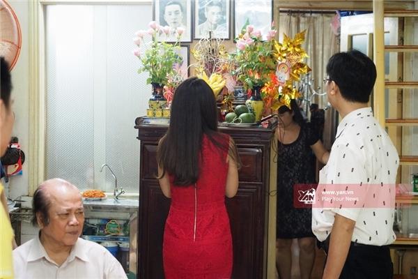 Việc đầu tiên Mỹ Linh làm sau khi về nhà là thắp hương tại ban thờ gia tiên. - Tin sao Viet - Tin tuc sao Viet - Scandal sao Viet - Tin tuc cua Sao - Tin cua Sao