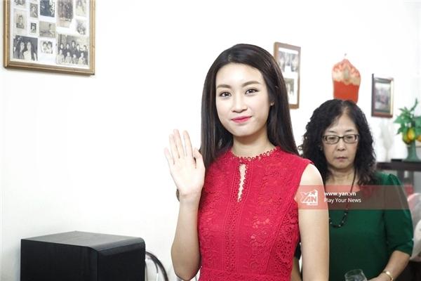 Bố mẹ Hoa hậu Đỗ Mỹ Linh đón con bằng xế hộp siêu sang - Tin sao Viet - Tin tuc sao Viet - Scandal sao Viet - Tin tuc cua Sao - Tin cua Sao