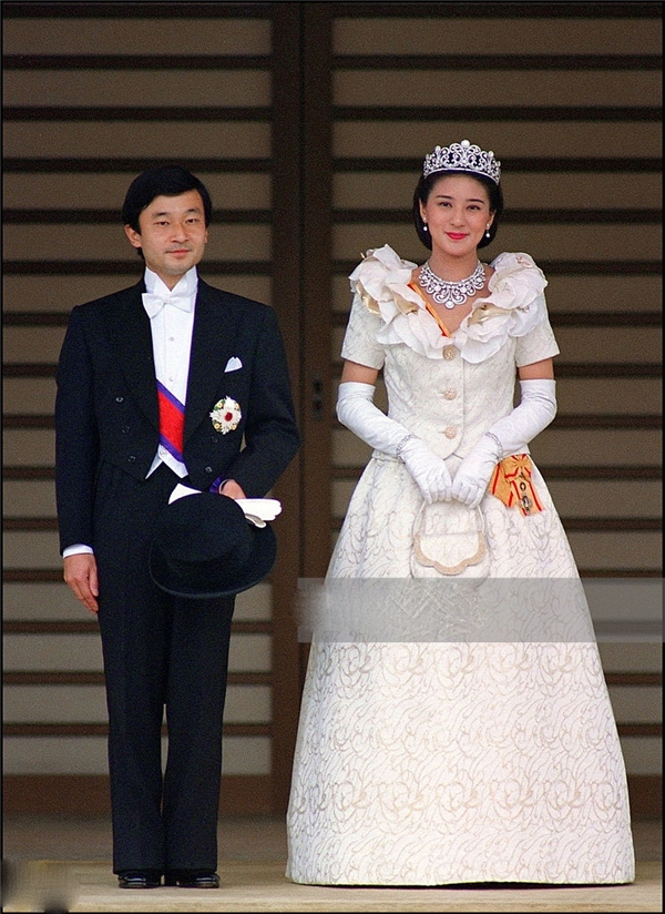 Hai ngườichính thức trở thành vợ chồng trước sự công nhận của Hoàng gia và cả nướcvào ngày 9/6/1993.