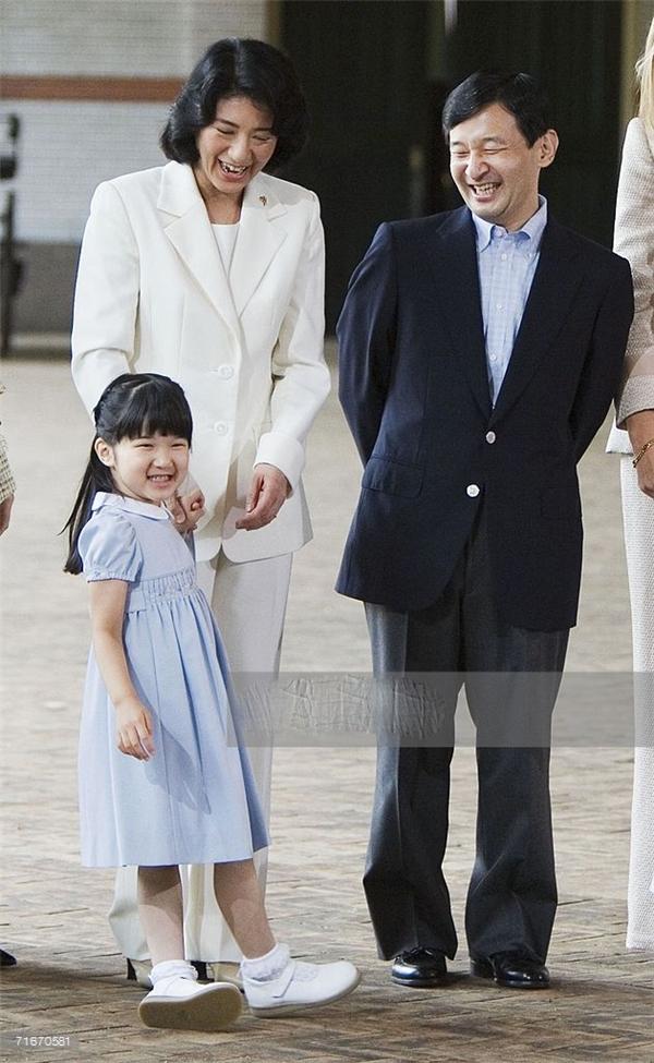 ... nào ngờ hai năm sau bà Masako bị mắc chứng trầm cảm nghiêm trọng vì quá áp lực và căng thẳng.