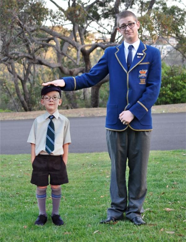 Một ý tưởng ghép ảnh vô cùng độc đáo, cậu học trò bé tí ngày nào nay đã cao lớn phổng phao trong bộ đồng phục lịch lãm thế kia.