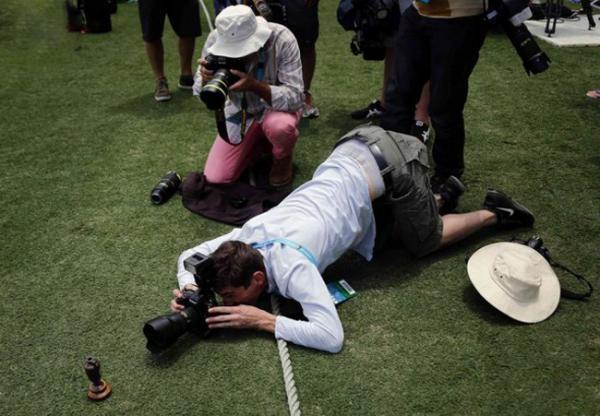 """Đây chính là minh chứng xác thực nhất cho câu """"Dù bạn không cao nhưng người khác cũng phải... cúi đầu chổng đít mà chụp hình."""""""