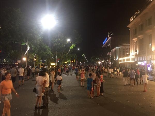 Bất chấp mưa giông, người dân thủ đô hân hoan với phố đi bộ