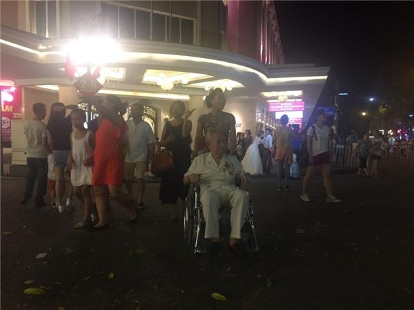 Một thương binh nghỉ hưu, dù bị liệt nửa người nhưng ông vẫn muốn người thân đưa ra phố đi bộ để hòa chung với không khí vui vẻ của người dân thành phố.