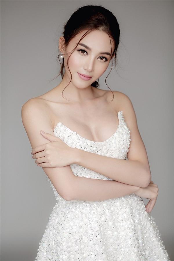 Người đẹp khoe đôi vai trần gợi cảm trong chiếc váy cúp ngực trắng được đính hạt tỉ mỉ.