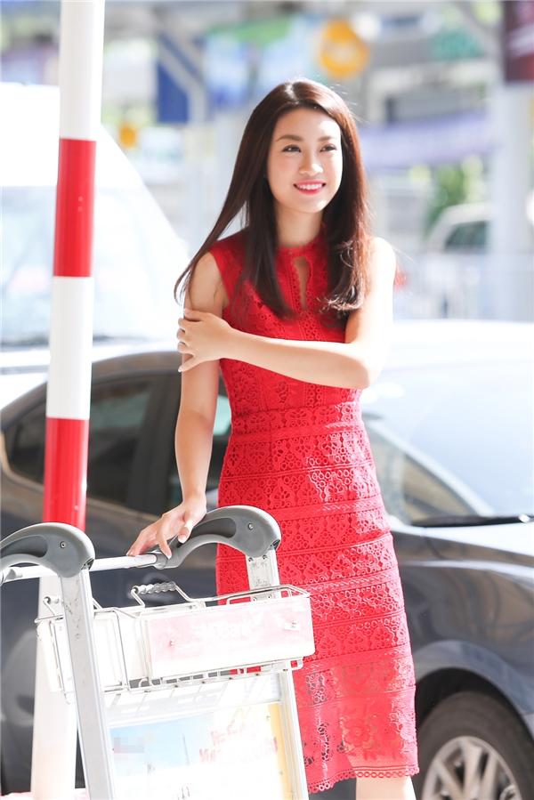 Mỹ Linh xuất hiện nổi bật tại sân bay với chiếc đầm ren đỏ bắt mắt giúp cô khoe khéo được những đường cong gợi cảm trên cơ thể. - Tin sao Viet - Tin tuc sao Viet - Scandal sao Viet - Tin tuc cua Sao - Tin cua Sao