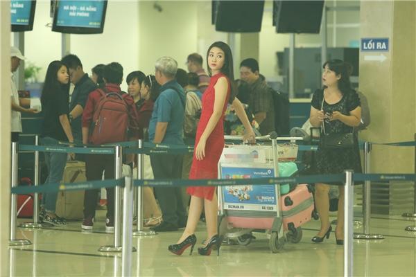 Mẹ của Đỗ Mỹ Linh cũng có mặt tại sân bay. Những ngày qua, bà luôn theo dõi sát sao lịch trình của con gái. - Tin sao Viet - Tin tuc sao Viet - Scandal sao Viet - Tin tuc cua Sao - Tin cua Sao