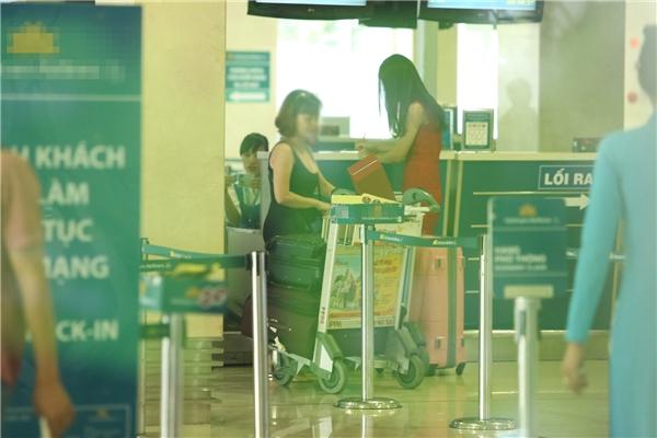 Đỗ Mỹ Linh nổi bật tại sân bay, trở về thăm gia đình - Tin sao Viet - Tin tuc sao Viet - Scandal sao Viet - Tin tuc cua Sao - Tin cua Sao
