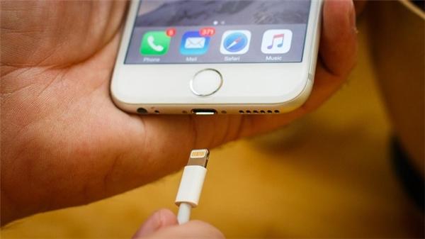 Nên hạn chế cắm sạc iPhone qua đêm. (Ảnh: internet)
