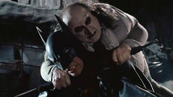 9. The Penguin – Danny De Vito trong Batman Returns (Người dơi trở lại): Mặc dù gã Chim cánh cụt không phải là vai phản diện được yêu thích nhất trong loạt phim Batman, nhân vật này lại được chú ý đặc biệt trong Batman Returns. Sự thành công của gã Chim cánh cụt này là sự tổng hoà từ nhiều yếu tố, như tính cách nội tâm phức tạp, khả năng diễn xuất tuyệt vời của Danny De Vito và sự dẫn dắt của dạo diễn Tim Burton.