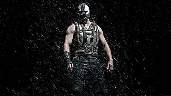 8. Bane – Tom Hardy trong The Dark Knight Rises (Kỵ sĩ bóng đêm trỗi dậy): Thật không dễ dàng theo kịp lối diễn xuất kinh điển của diễn viên Health Ledger trong vai Joker ở The Dark Knight. Tuy vậy, với vai Bane trong The Dark Knight Rises, Tom Hardy vẫn được giới phê bình đánh giá cao khi hoá thân thành một nhân tố trong bộ ba Nolan Batman, để trở thành kẻ ác nhân có sức mạnh khủng khiếp và tính cách hung bạo.
