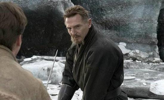 """7. Ra's Al Ghul – Liam Neeson trong Batman Begins (Người Dơi tái xuất): Sau khi hoá thân thành công một trong những vai phản diện xuất sắc nhất trong Batman, nam tài tử Liam Neeson đã nhận được """"cơn mưa lời khen"""" từ cả giới chuyên môn lẫn khán giả đại chúng. Không giống Joker, Ra's Al Ghul không phản ánh tất cả những gì Batman chống lại, mà ông chỉ là một con người có phẩm cách đạo đức khác với chuẩn mực thông thường."""