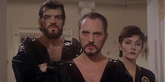 """6. General Zod – Terence Stamp trong Superman II (Siêu nhân II): Mặc dù nhân vật Zod không có đầy đủ tố chất để trở thành vai phản diện kinh điển, diễn xuất tuyệt vời của nam diễn viên Terence Stamp đã cứu vãn tất cả. Từng cử chỉ cau có, biểu hiện kiêu căng và hành độc tàn ác của Stamp đã biến Zod trở thành một """"ác nhân"""" tiêu biểu, đại diện cho tuyến nhân vật phản diện như trong các tác phẩm của Shakespeare."""