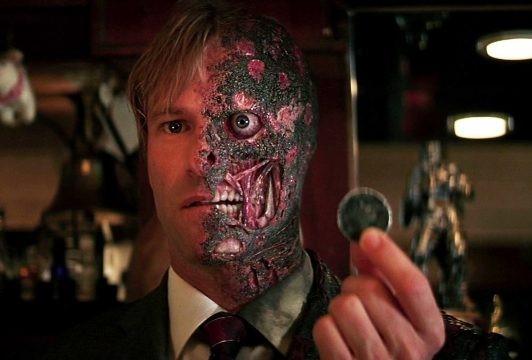 """5. Two-Face – Aaron Eckhart trong The Dark Knight (Kỵ sĩ bóng đêm): Trong khi vai diễn Heath Ledger nhận được """"cơn mưa lời khen"""" trong The Dark Knight, vai phản diện thứ 2 lại không được sự tán thưởng xứng đáng. Sau lần thay thế Tommy Lee gây thất vọng trong Batman Forever, Aaron Eckhart đã lấy lại danh dự cho nhân vật Harvey Dent, khi tái hiện lại bi kịch của Two-Face."""