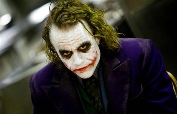 1. The Joker – Health Ledger trong The Dark Knight (Kỵ sĩ Bóng đêm): Không ngạc nhiên khi vai Joker kinh điển của Health Ledger lại đứng đầu danh sách các nhân vật phản diện xuất sắc nhất của DC. Điên loạn, tàn ác, đa nhân cách và không hề có sự cảm thông, Joker chính là hiện thân của những gì hỗn loạn nhất trong cuộc sống. Sự thành công không thể phủ nhận của Ledger trong vai diễn này đã giúp anh giành được một giải Oscar dành cho Diễn viên phụ xuất sắc nhất, đồng thời biến The Joker thành tượng đài bất hủ của nhân vật phản diện trong nền điện ảnh thế giới.