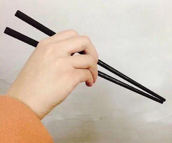 Có thể nhìn tay cầm đũa mà đoán được tính cách con người?