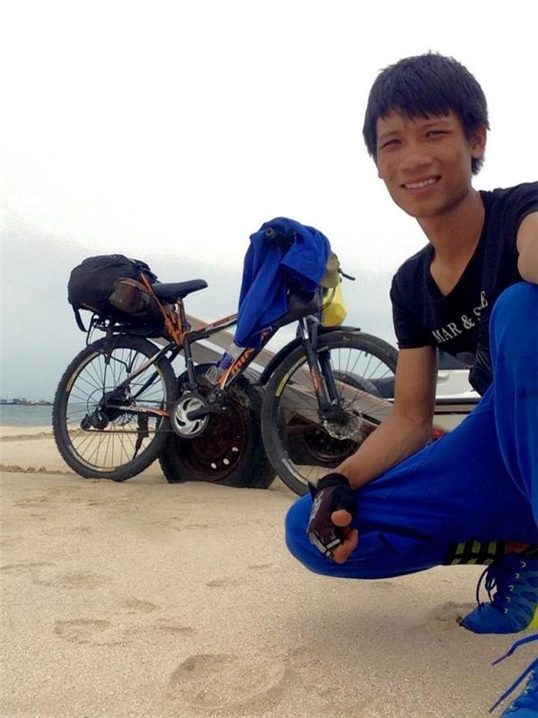 Cảm phục chàng trai một mình đạp xe xuyên Việt vì một lí do xúc động