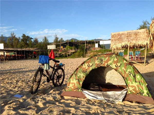Tiến Tùngvà hành trang là chiếc xe đạp cùng túp lều dựng trong cả hành trình dài. (Ảnh: NVCC)