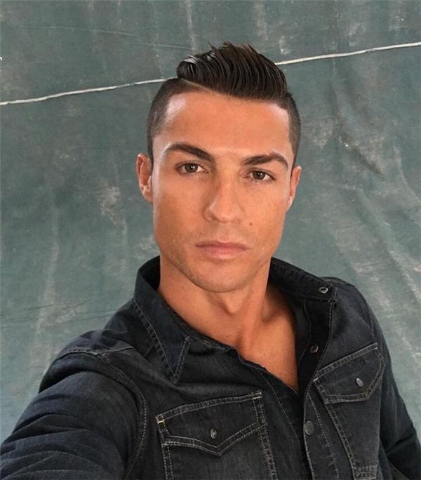 Gương mặt được trang điểm khá kỹ của Ronaldo.