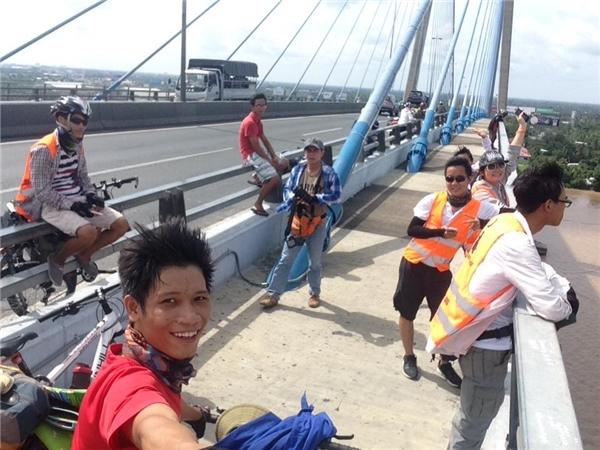 Anh chàng còn may mắn gặp một nhóm bạn trẻ cũng đạp xe đi phượt.(Ảnh: NVCC)