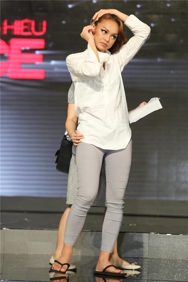 Mai Ngô mang dép kẹp, diện quần bó sát và áo sơ mi trắng đơn giản. Cô là thí sinh được quay lại đêm chung kết nhờ quyền bình chọn của khán giả sau khi bị Phạm Hương loại ở tập 10.