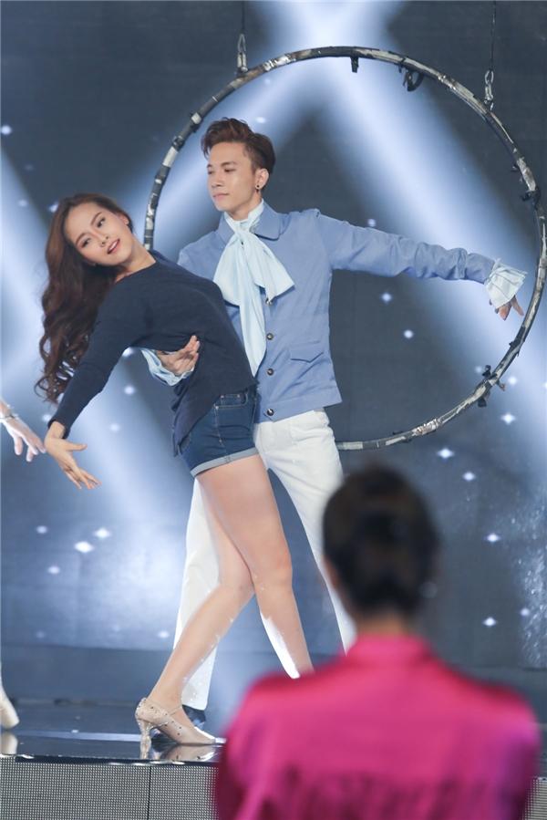 Khánh Ngân vẫn giữ lấy vẻ ngoài ngọt ngào vốn đã làm nên thương hiệu. Nam ca sĩ S.T sẽ đồng hành cùng thí sinh đội Phạm Hương trong đêm chung kết The Face Vietnam 2016.