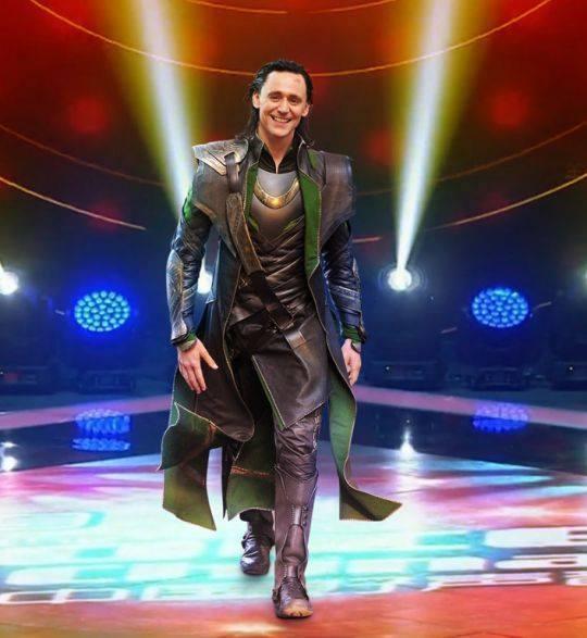 """Loki bước ra tràn đầy tự tin với nụ cười """"đốn tim"""" luôn thường trực trên môi."""