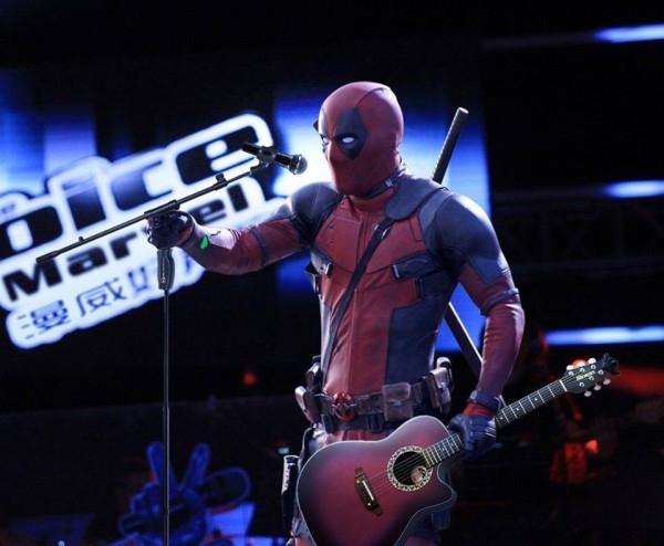 Deadpool tay đàn tay hát chấp hết tất cả các thí sinh khác trong chương trình.