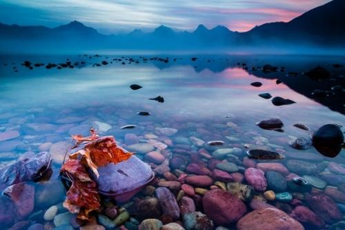 Nhữngviên đá màu sắcđã tạo nên sự độc đáo cho hồ McDonal.