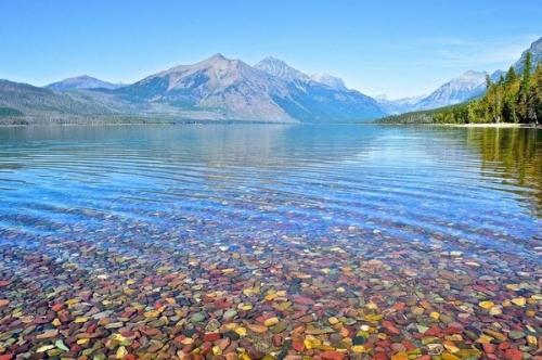 Không gian kỳ vĩ làm con người choáng ngợp, nước hồ một màu xanh biếc tạo nên vẻ đẹp riêng biệtvà nên thơ.