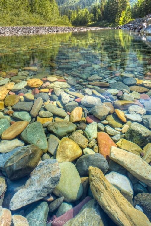 Sự xói mòn của dòng nước đã làm cho những viên đásỏi trở nên nhẵn, sạch và mịn hơn.