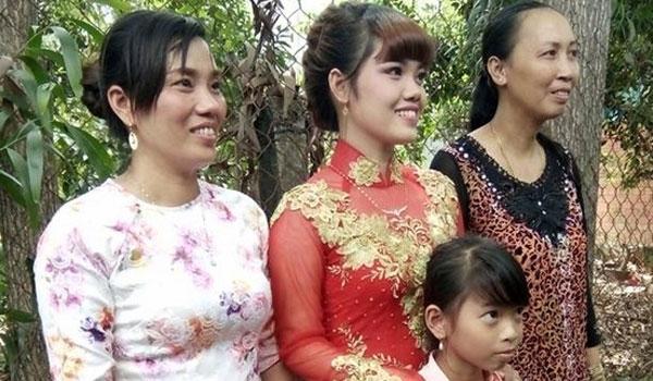 Dù rất đau lòng song cô gái trẻ vẫn quyết tâmthực hiện lời hứa kết hôn dù chú rể đã mất.