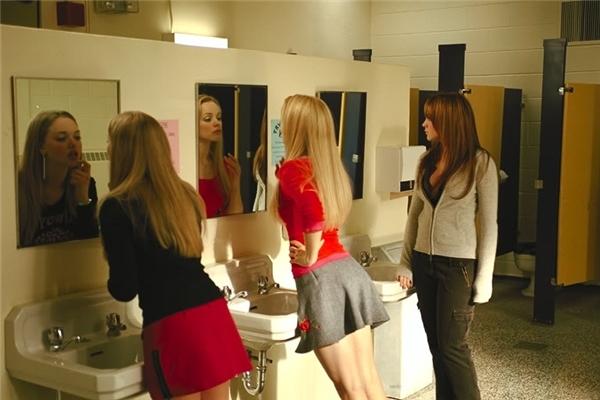 """Đừng dùng nhà vệ sinh công cộng để """"tám"""" nhé các nàng!"""