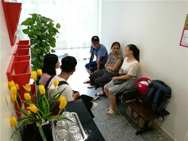 Cô Lan (ngồi giữa bên phải) -vợ của nghệ sĩHán Văn Tìnhcùng bạn bè người thân bên ngoài phòng bệnh - Tin sao Viet - Tin tuc sao Viet - Scandal sao Viet - Tin tuc cua Sao - Tin cua Sao