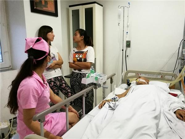Gia đình và các bác sĩvẫn hết sức nỗ lực giành giật sự sống cho ông. - Tin sao Viet - Tin tuc sao Viet - Scandal sao Viet - Tin tuc cua Sao - Tin cua Sao