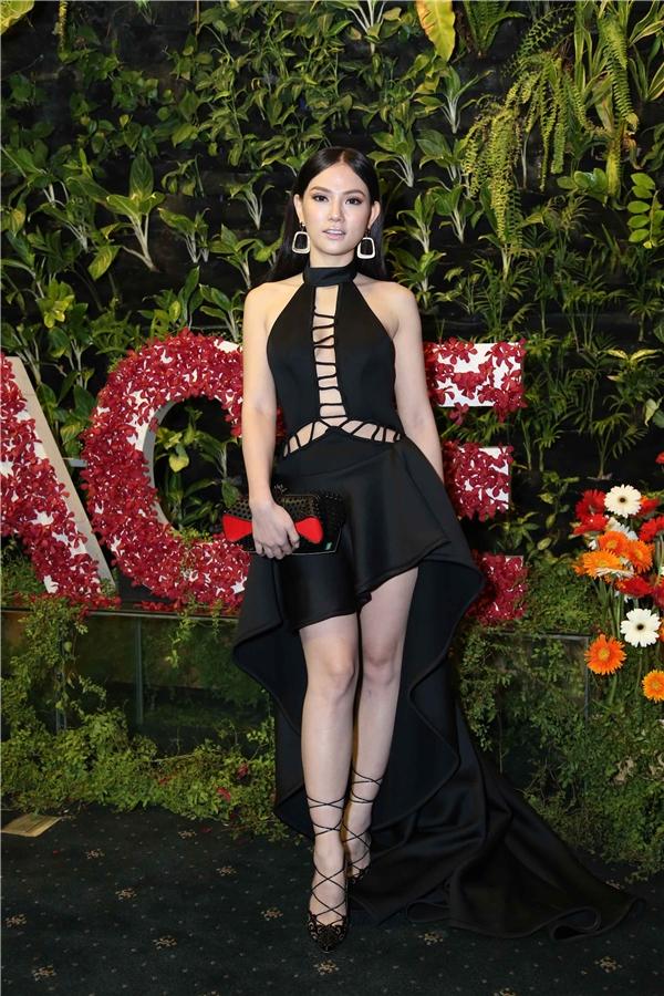 """""""Bà mẹ một con"""" Thu Thủy diện """"cây đen"""" đến tham dự sự kiện.   Cũng chọn trang phục đen huyền bí, vợ chồng nam ca sĩ Tim - Trương Quỳnh Anh cuốn hút trên thảm đỏ."""