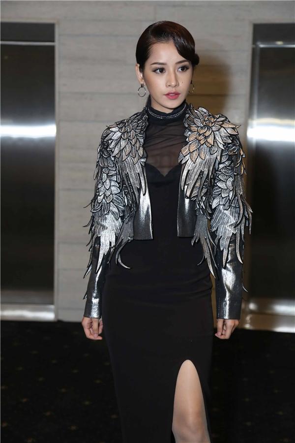 Cũng trên thảm đỏ đêm chung kết The Face còn có sự xuất hiện của nhiều khách mời nổi tiếng. Trong ảnh, nữ diễn viên Chi Pu lạ lẫm với phong cách thời trang quyến rũ.