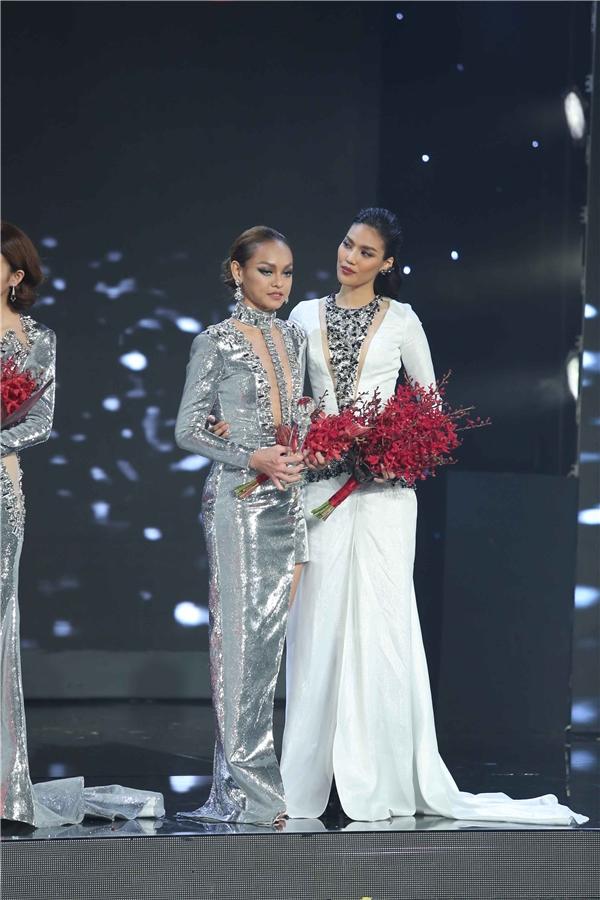 Lan Khuê và Mai Ngô trên sân khấu chung kết The Face Vietnam 2016.