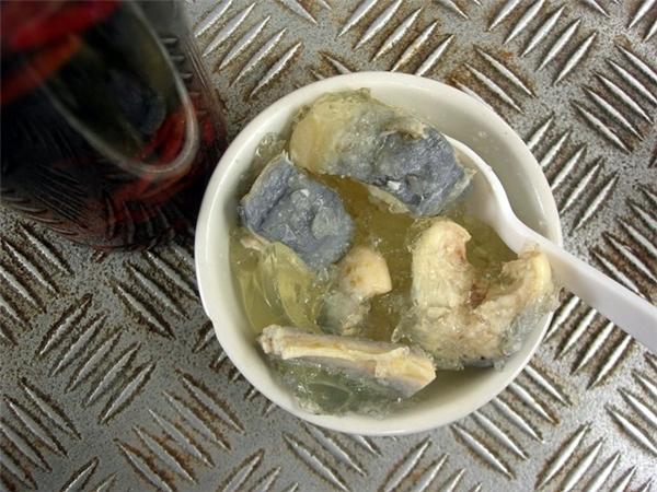 Anh: Lươn nấu đông là món ăn phổ biến tại Anh, chế biến bằng cách đun sôi, sau đó đông lạnh để tạo ra lớp mỡ bao bọc xung quanh. Ảnh: Flickr/malias.