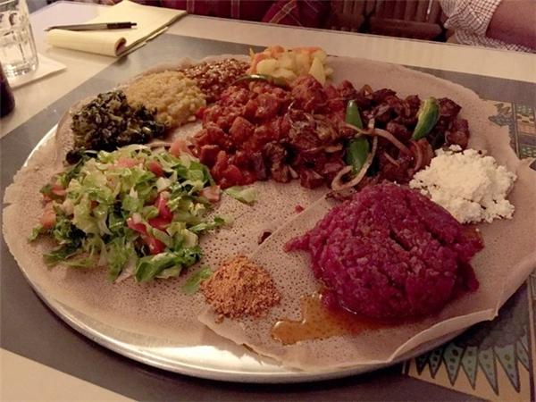 Ethiopia: Kitfo là món thịt bò sống được ướp bằng nhiều loại gia vị truyền thống của Ethiopia. Món này thường được bày ra ăn kèm với nhiều loại thức ăn khác nhau. Ảnh: Yelp/Jane T.