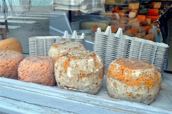 Pháp: Mimolette là một loại phô mai có màu xám, được sản xuất theo cách thức lên men truyền thống tại Pháp. Ảnh: Flickr/vialbost.