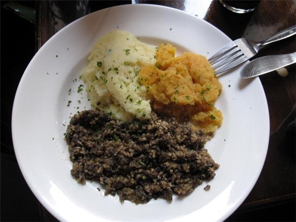 Scotland: Haggis gồm tim, gan, phổi của của cừu được nhồi vào dạ dày của con vật rồi nấu chín. Món ăn lạ lùng này thường được ăn kèm với rau và khoai tây. Ảnh: Flickr/brostad .